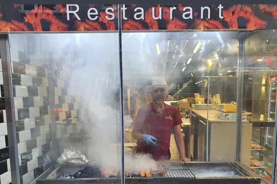 Grillstation hinter einer Glaswand