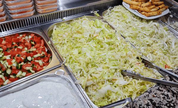 Kühlvitrine mit frischem Gemüse und Soßen